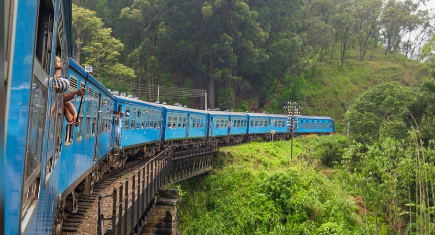 Podi-Menike derails between Diyatalawa and Haputale