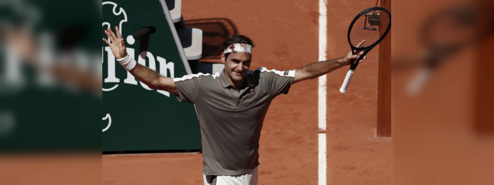 Federer waltzes into French Open last eight