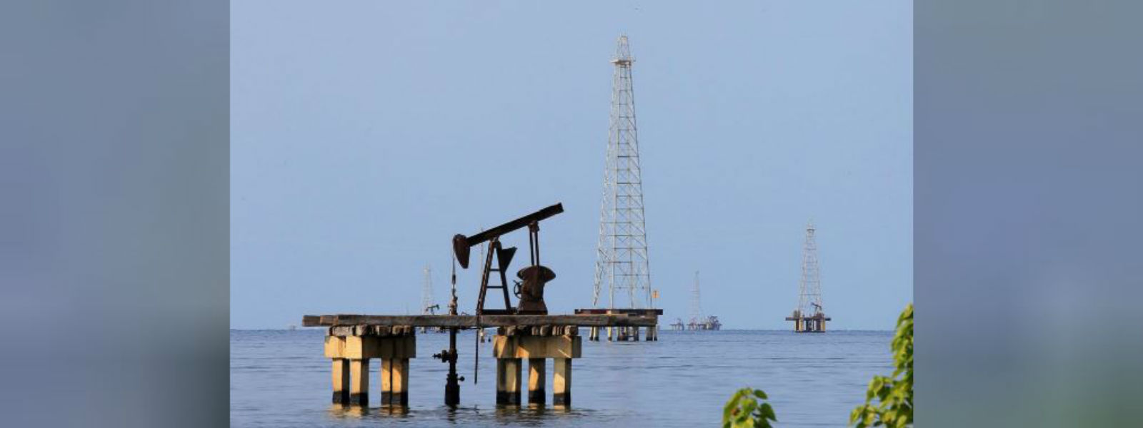 Oil prices hover near January lows amid surging supply