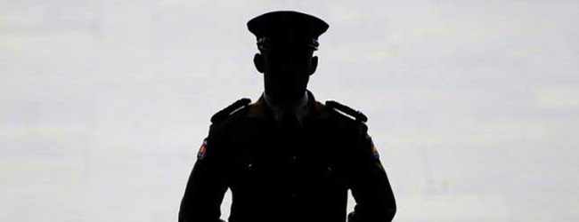 Thief threatens police with toy gun