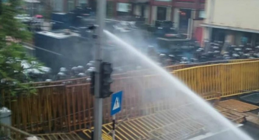 Second wave of tear gas and water discharged towards unemployed graduate protestors