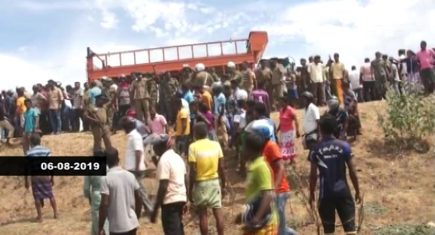 Tense situation in Kantale : Stand-off between sand traders and area residents