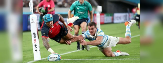 England beat 14-man Argentina 39-10 to reach Rugby World Cup quarter-finals