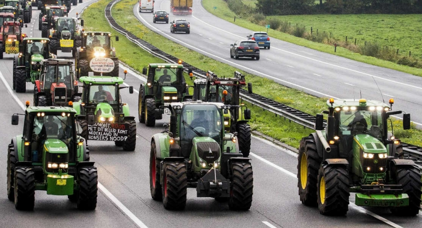 Tractors snarl Dutch roads in emissions protest