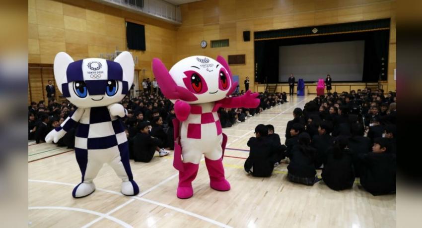 Tokyo 2020 mascot robots visit elementary school in Tokyo