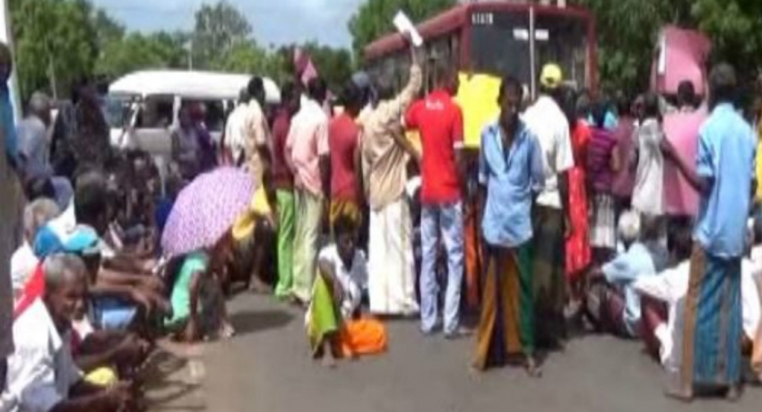Protest obstructing Mahiyanganaya – Kandy road against assaulting a thero