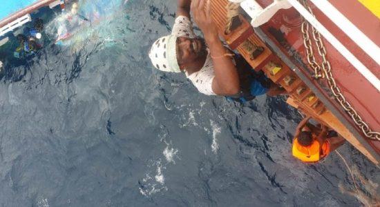 (VIDEO) 06 Sri Lankan fishermen rescued from sinking boat
