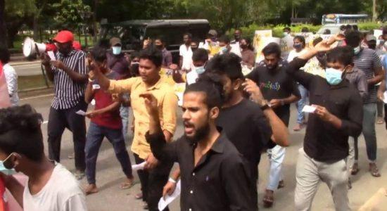 Kelaniya University students stage protest