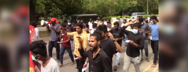 Kelaniya University students stage protest