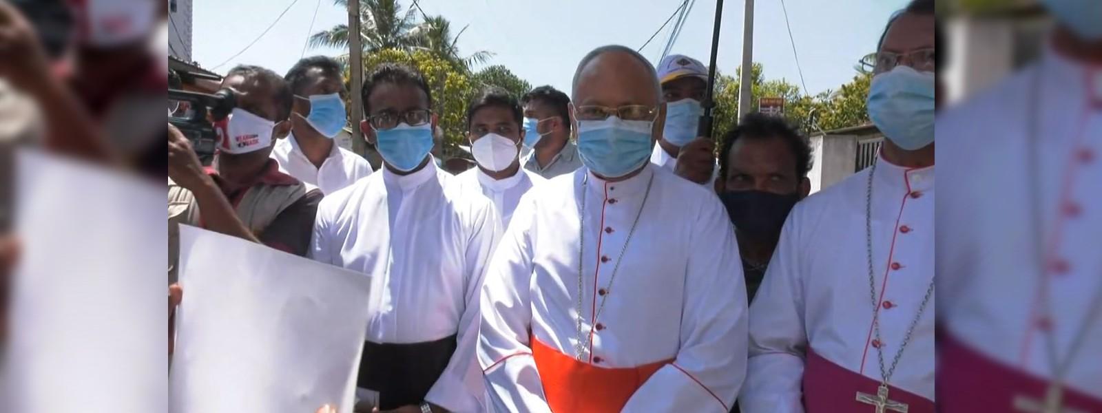 His Eminence Malcolm Cardinal Ranjith visits Katuwapitiya to support silent protest