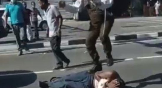 (VIDEO) Cop brutally assaults man on busy road