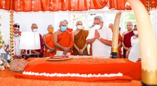 President pays last respects to late Thero of the Amarapura Maha Nikaya