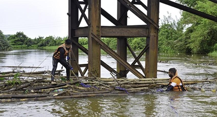 (PICTURES) Navy clears blockage under Wakwella bridge, Galle