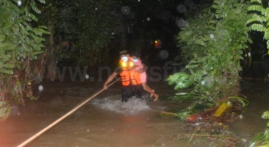 (PICTURES) Army rescues group trapped by flood waters in Ruwanwella