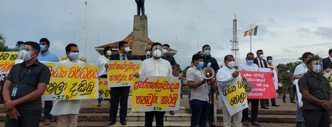 (PICTURES) SJB protest goes ahead in Colombo amidst large police presence