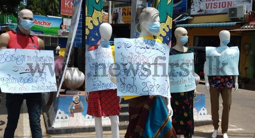 Mannequin Protest in Puttlam against delayed vaccination