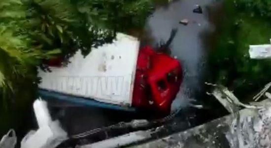 (VIDEO) Man cheats death as 'out of control' 16-wheeler crashes in Ratnapura