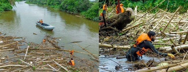 Navy assists to clear blockage under Wakwella Bridge, Galle