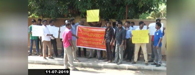 தமிழ் தேசியக் கூட்டமைப்பின் தலைவர் இரா. சம்பந்தன் வீட்டின் முன்பாக ஆர்ப்பாட்டம்