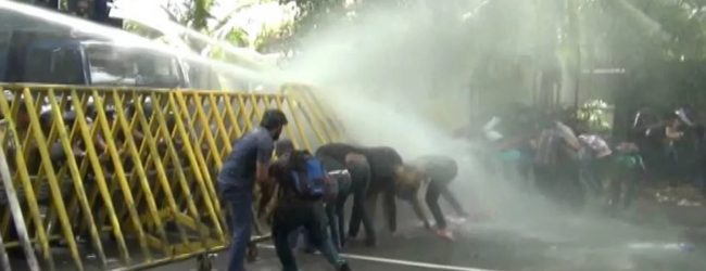 அனைத்து பல்கலைக்கழக மாணவர் ஒன்றியம் ஆர்ப்பாட்டம்: லோட்டஸ் வீதி தற்காலிகமாக மூடப்பட்டுள்ளது