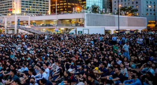 ஹாங்காங்கில் 5 இலட்சம் பேர் போராட்டம்: 230 விமான சேவைகள் இரத்து
