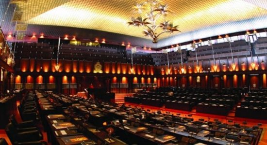 பாராளுமன்ற உறுப்பினர்களுக்கான சம்பளம் தொடர்பில் வாதப் பிரதிவாதம்