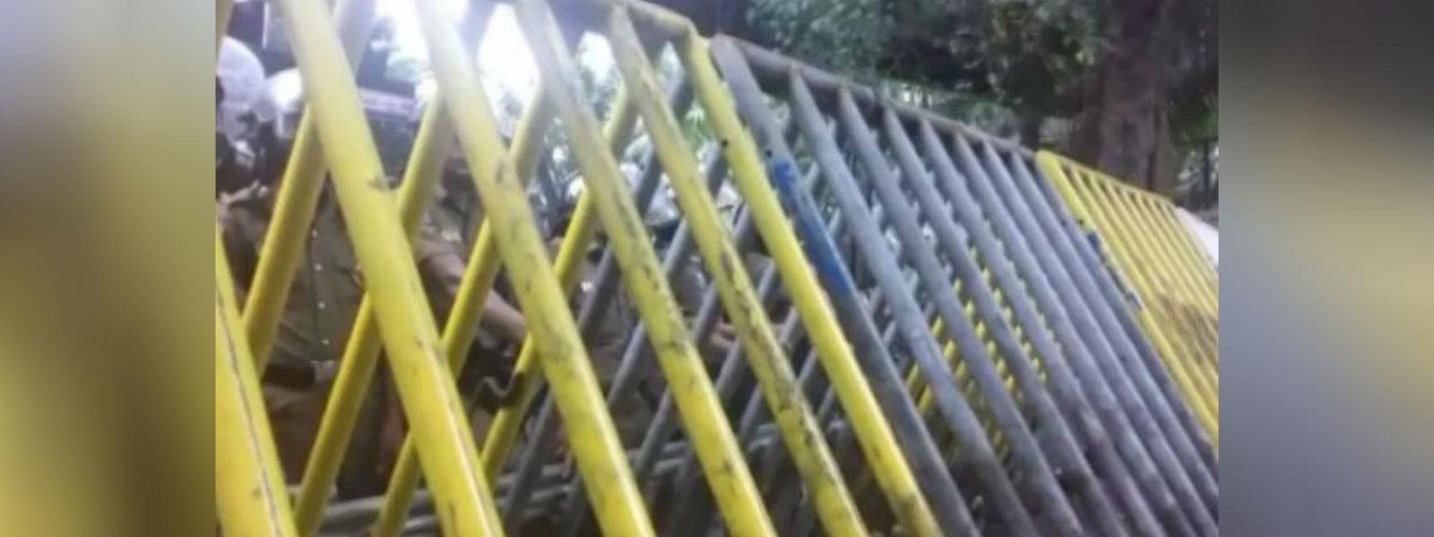 வேலையற்ற பட்டதாரிகளின் ஆர்ப்பாட்டம் காரணமாக லோட்டஸ் வீதி மூடப்பட்டது