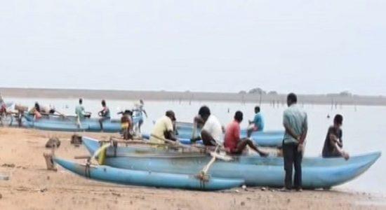 இரணைமடு குளத்தின் நீர்மட்டம் குறைவடைந்தமையால் நன்னீர் மீன்பிடியாளர்கள் பாதிப்பு