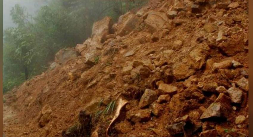 பொத்தல பகுதியில் மண்மேடு சரிந்து வீழ்ந்ததில் மூவர் காயம்