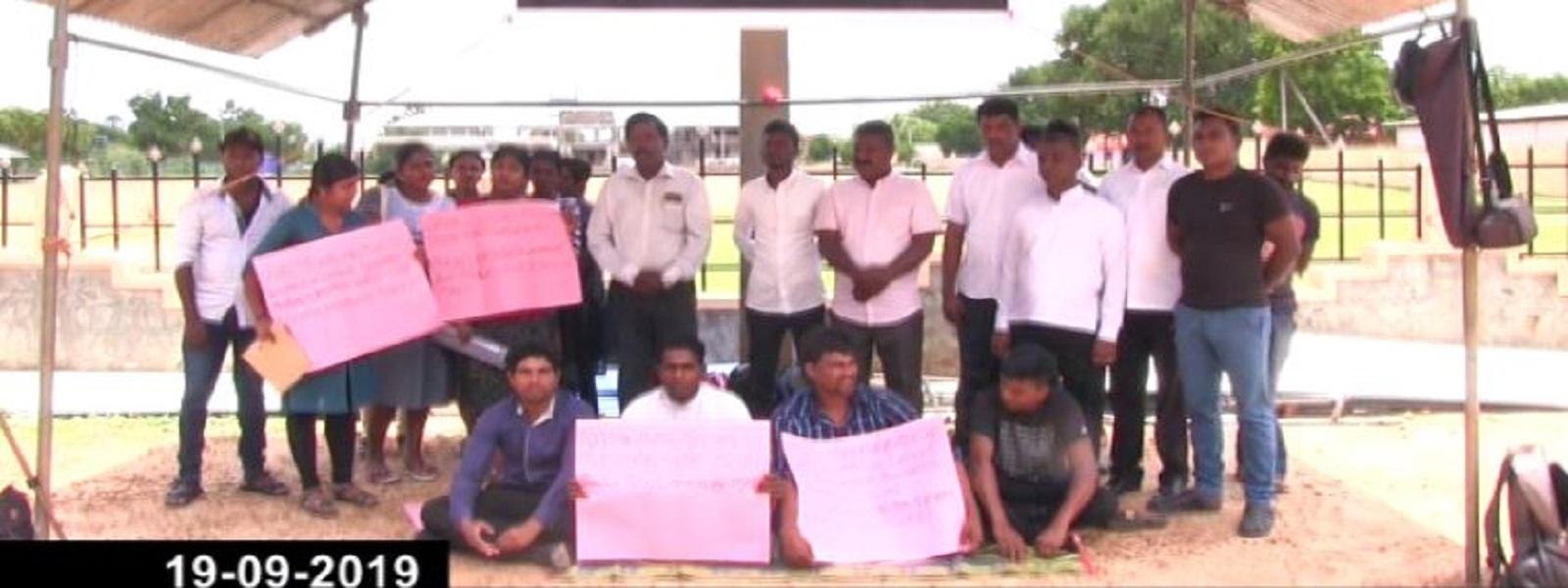 முல்லைத்தீவு மாவட்ட வேலையற்ற பட்டதாரிகள் உண்ணாவிரதப் போராட்டம்