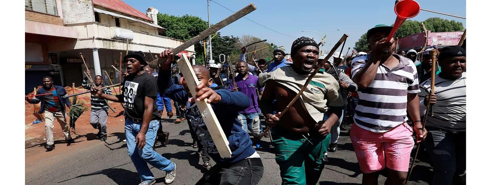 தென் ஆப்பிரிக்காவில் வெளிநாட்டினரின் வர்த்தக நிலையங்கள் மீது தாக்குதல்: 12 பேர் பலி
