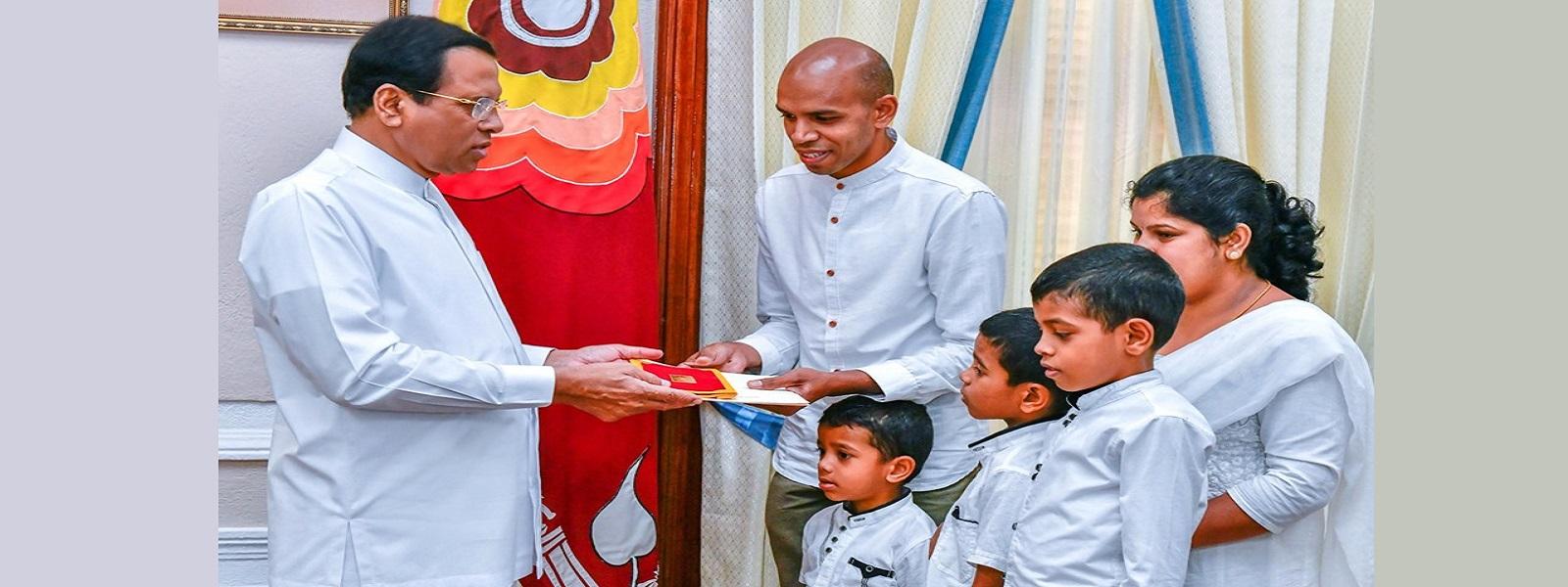 தீ விபத்தில் மனைவி, பிள்ளைகளைக் காப்பாற்றியவருக்கு ஜனாதிபதி 10 இலட்சம் ரூபா நிதியுதவி