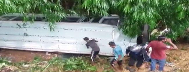 ஹட்டனில் பாடசாலை பஸ் குடைசாய்ந்து விபத்து: 32 பேர் காயம்