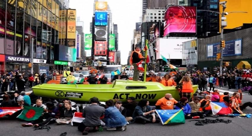 அமெரிக்காவில் சாலையில் படகை நிறுத்தி போராட்டம்: 60 ஆர்வலர்கள் கைது