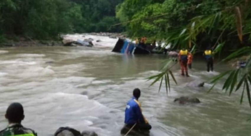 ஆற்றிற்குள் கவிழ்ந்தது பஸ் : 26 பேர் உயிரிழப்பு ;  இந்தோனேசியாவில் சம்பவம்