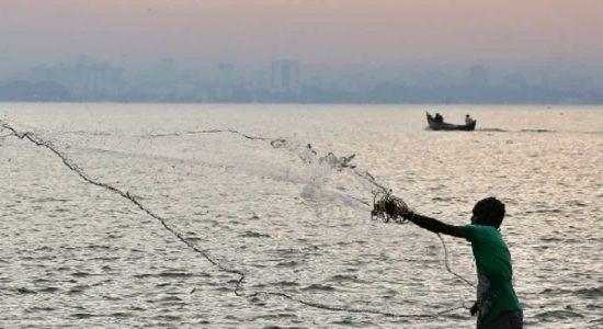 மன்னார் மீனவர்கள் மூவர் இராமேஸ்வரத்தில் கைது