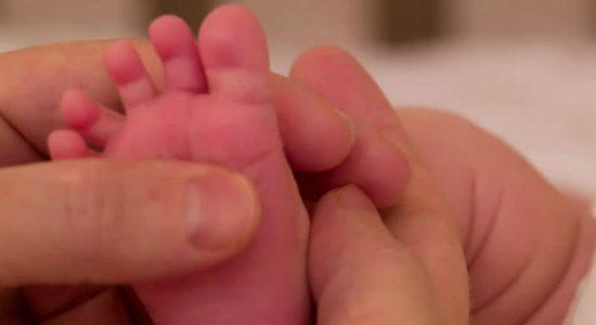 குழந்தையொன்று பிறந்து 30 மணிநேரத்தில் கொரோனா தொற்றுக்குள்ளான பரிதாபம்