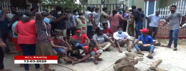 மட்டக்களப்பில் நோயாளியுடன் வருகை தந்த அம்பியூலன்ஸை மறித்து எதிர்ப்பில் ஈடுபட்ட 9 பேர் கைது