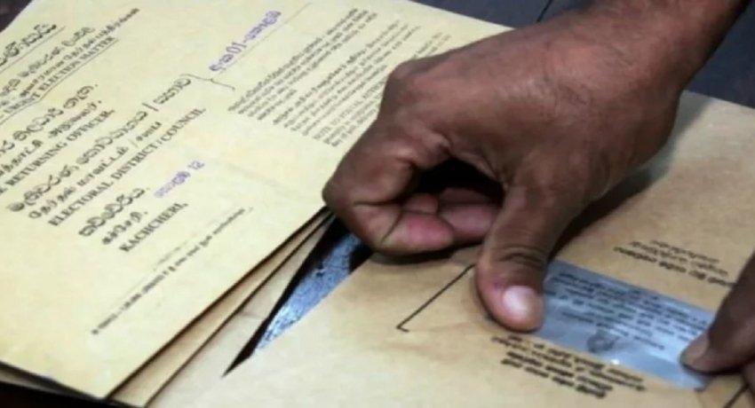 தபால் மூலம் வாக்களிப்பதற்கான விண்ணப்பங்களை தேர்தல் அலுவலகத்தில் ஒப்படைக்குமாறு தேர்தல்கள் ஆணைக்குழு அறிவிப்பு