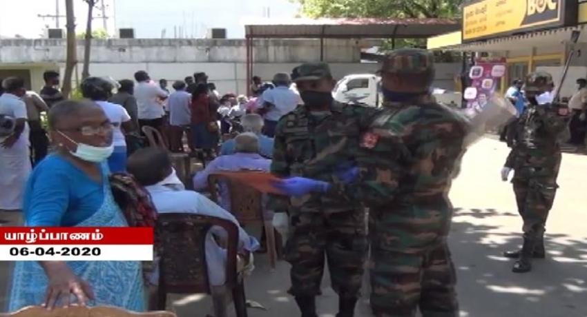 ஓய்வூதியம் பெறும் சிரேஷ்ட பிரஜைகள் வங்கிகளுக்கு அழைத்துச் செல்லப்பட்டனர்
