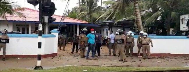 அங்குலானை பொலிஸ் நிலையம் மீது கல்வீச்சு: 8 பொலிஸார் காயம், 14 பேர் கைது