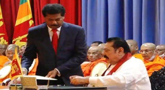 பிரதமரின் செயலாளராக காமினி செனரத்  கடமைகளை ஆரம்பித்தார்