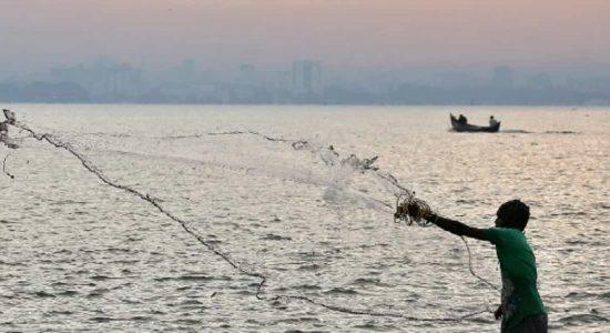 எல்லை தாண்டி மீன்பிடியில் ஈடுபடக்கூடாது: இராமநாதபுரம் மாவட்ட ஆட்சியர் அறிவுறுத்தல்