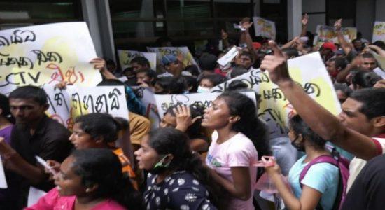 களனி பல்கலைக்கழக மாணவர்கள் பல்கலைக்கழக மானியங்கள் ஆணைக்குழு முன்பாக ஆர்ப்பாட்டம்