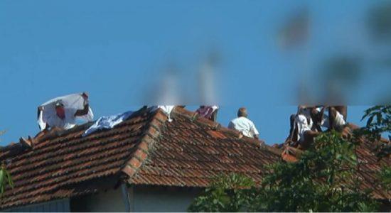 வெலிக்கடை சிறைச்சாலைகூரை மீதேறிஆயுள் தண்டனை கைதிகள் ஆர்ப்பாட்டம்