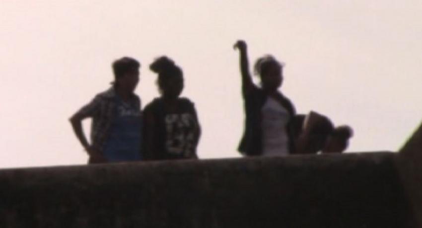 நீர்கொழும்பு சிறைச்சாலையில் 4 பெண் கைதிகள் கூரை மீதேறி ஆர்ப்பாட்டம்