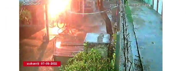 மன்னாரில் மின்னல் தாக்கி சிறுவர் இல்லம் தீப்பற்றியது; எவருக்கும் பாதிப்பில்லை