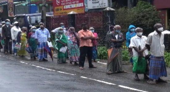 ஓய்வூதியம், முதியோர் கொடுப்பனவுகளுக்காக தபால் அலுவலகங்களில் காத்திருந்த மக்கள்