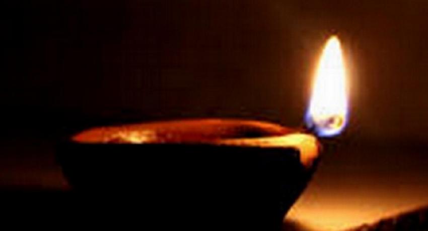நாளை (03) மாலை வீடுகளில் விளக்கேற்றுமாறு ஐக்கிய மக்கள் சக்தி மக்களிடம் கோரிக்கை